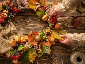 Podzimní věnec přizdobený listy.