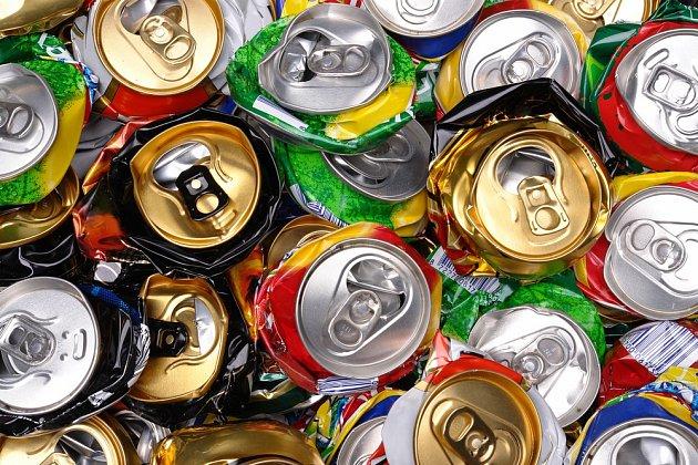 Do kontejneru patří plechovky od nápojů