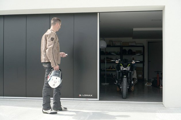 Sekce garážových vrat se mohou zasouvat do boku a umožnit tak průjezd pouze na motorku.