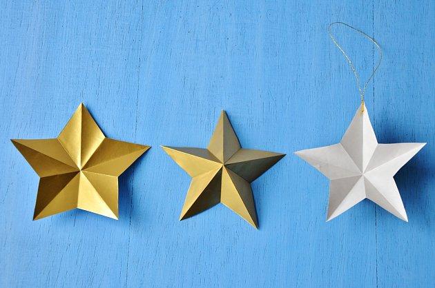 Hvězdičku vyrobíme postupným skládáním papíru