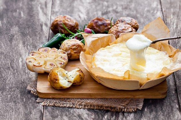 Ugrilovaný roztékající se sýr potěší skoro každého.