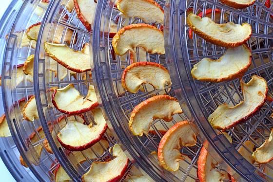 Jablka před sušením nakrájíme na rovnoměrné plátky.