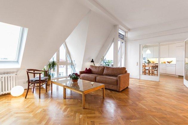 Dobře udržovaná parketová podlaha je pro interiér přírodním šperkem.
