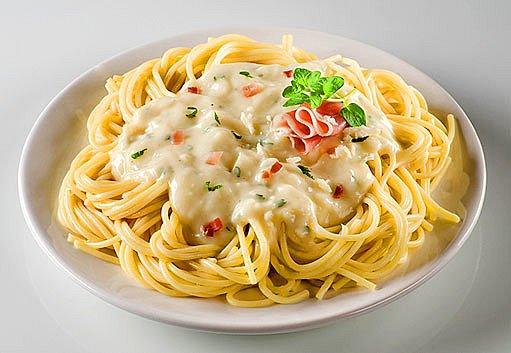 špagety se sýrovou pastou