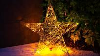 Svítící hvězda z drátěné konstrukce osvětlená LED řetězem mini světýlek.