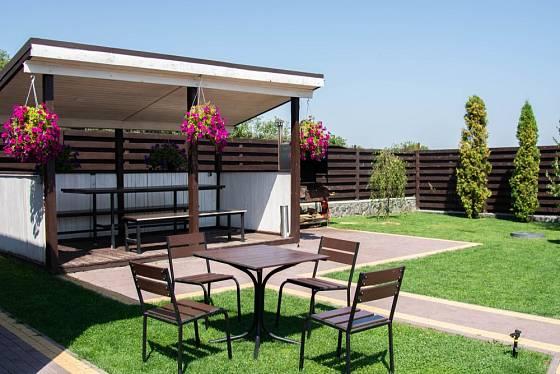 V případě dostatku prostoru na zahradě lze zvolit i větší konstrukci umístěnou podél plotu.