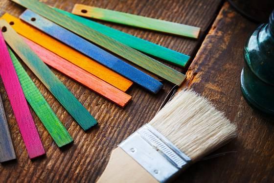 Při renovaci nábytku můžeme zvolit barvu, která se bude do interiéru nejvíce hodit.