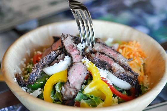 Grilované hovězí maso můžete podávat na zeleninovém salátu