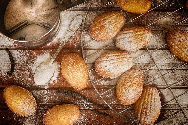 Ještě teplé madlenky můžete obalovat v cukru.