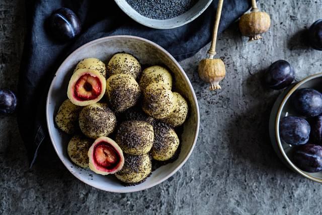 Brambory se dají použít i na přípravu sladkých jídel, například švestkových knedlíků.