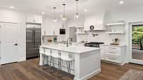 Podlaha v bílé kuchyni může být klidně z vinylu s tmavým vzorem.