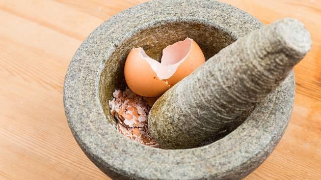 Vaječné skořápky snadno rozdrtíme v hmoždíři.