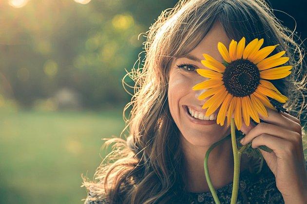 Žena a květina patří k sobě