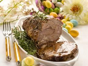 Velikonoční hostina - jehněčí pečeně.