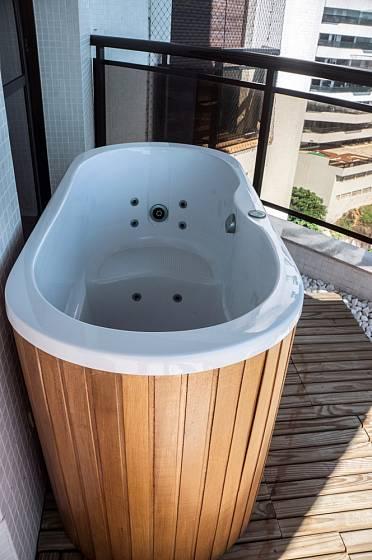 Menší vířivá vana se vejde i na balkón