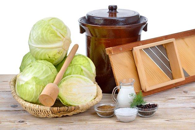 K nakládání zelí je třeba vhodná nádoba, kruhadlo a sůl, tlouk a další koření se také hodí