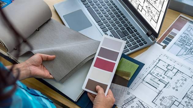 Designér pracuje s barvami a materiály
