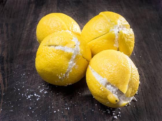 Citron a sůl dovedou při úklidu zázraky.