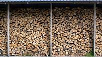 Dřevo vystavené slunci a vzduchu, avšak pod střechou - to je ideální uskladnění
