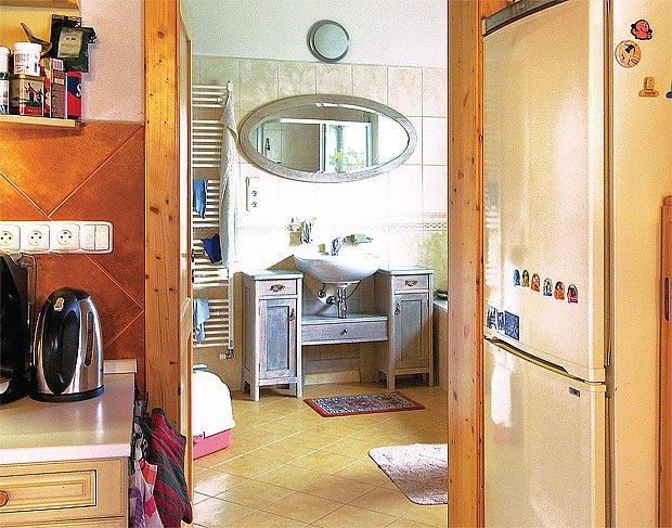 Průhled z kuchyně do koupelny, která vznikla rekonstrukcí někdejší garáže