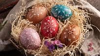 Obarvená vejce zdobená voskem.