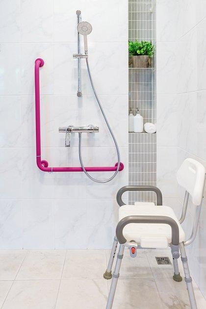 Pevná madla ve zdi jsou základem bezpečného pohybu ve sprše.