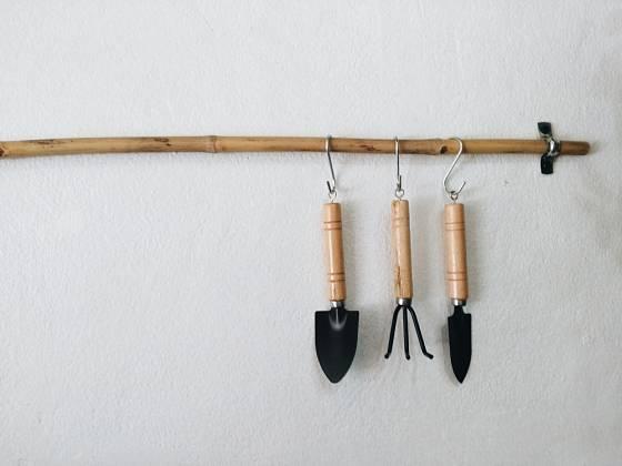 Háčky na tyčce vypadají pěkně, ale nemusí být praktické pro časté užívání.