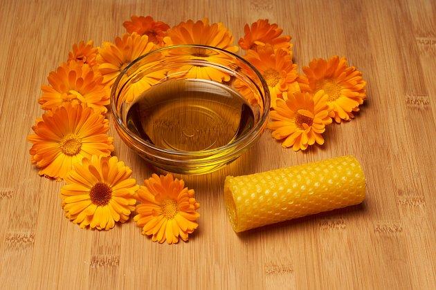 Vyrobte si mast z měsíčku lékařského, včelího vosku a olivového oleje.