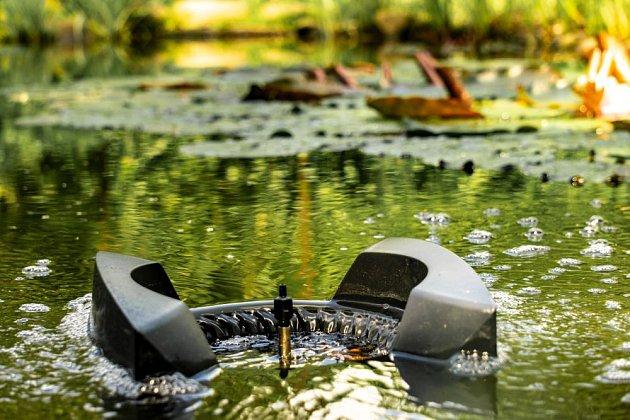 Hladinový skimmer je velkým pomocníkem, na hladinu neustále padá mnoho materiálu