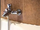 Zašlé spáry a okraje kachliček to je věčný problém většiny koupelen.