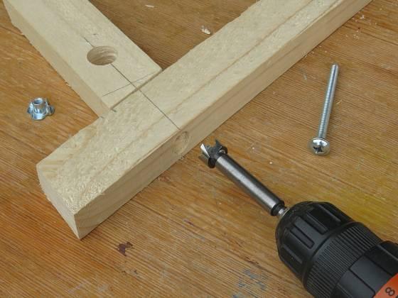 Výroba dřevěné trojnožky: Zahloubení je asi 0,5 cm