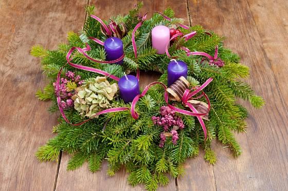 Chvojový základ věnce přizdobený sušeným květenstvím hortenzie, bobulemi a stuhami.