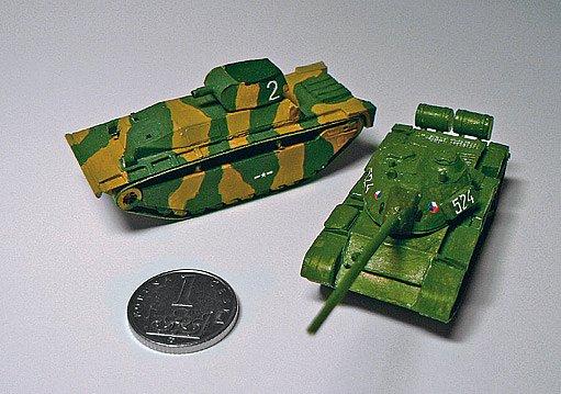 Tanky LVT(A)–4 a T–55A, oba modely jsou sestaveny z více než 100 dílů