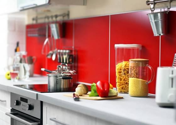 Červená barva je vhodná do kuchyně - povzbuzuje chuť k jídlu.