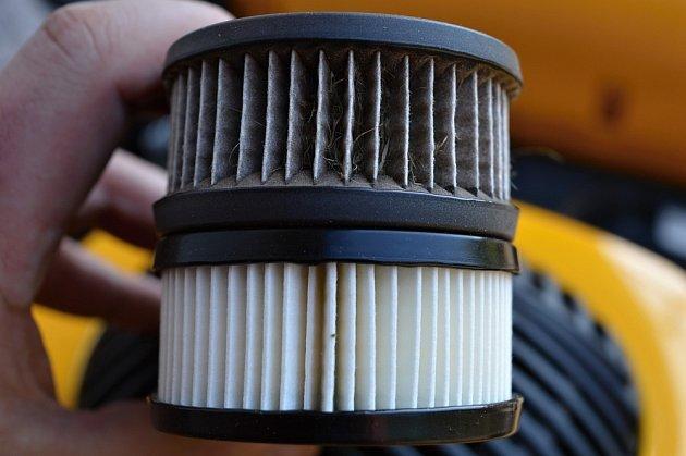 Rozdíl mezi zaneseným a novým vzduchovým filtrem.