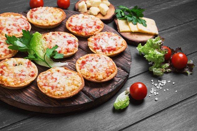 Minipizza je ideální volbou, pokud nechcete, aby se děti ládovaly sladkým.