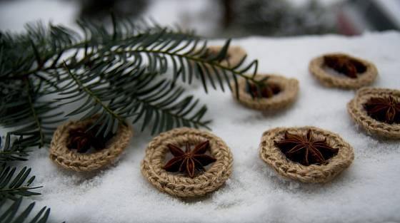 Netradiční háčkované ozdoby letos mohou zkrášlit i váš vánoční stromek.