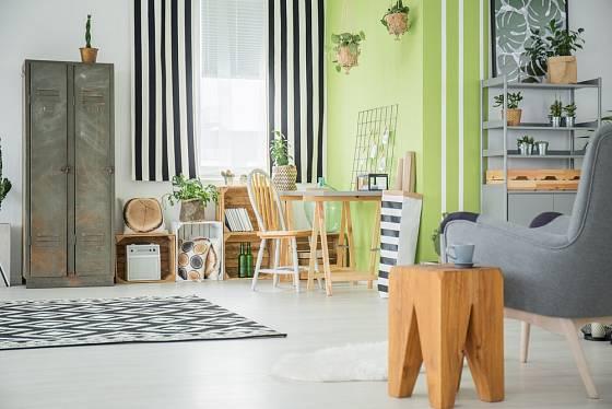 V moderním bytě se uplatní i vyřazená plechová skříň z tovární šatny.