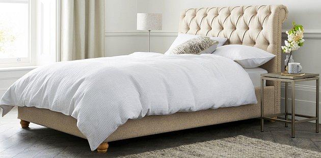 Rám postele je umístěn na nožičkách