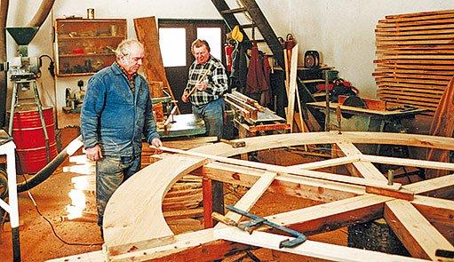 Jednotlivé části kola sekerník Jiří Myška obvykle rozměřil a připravil ve své dílně.