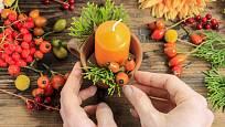 Mezi zelené chvojí aranžujte podzimní plody