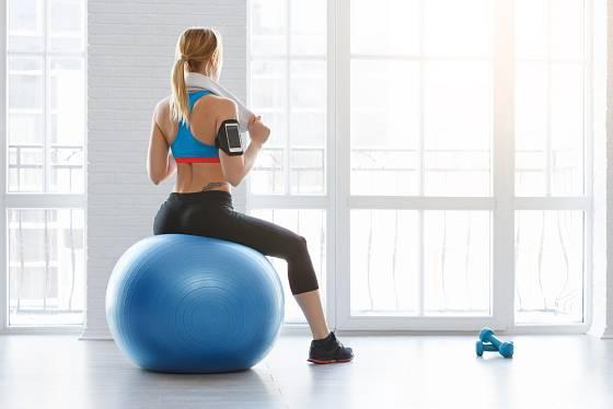 Gymnastický míč je užitečnou pomůckou při cvičení