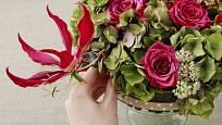 Gloriosa je atraktivním doplňkem květinových aranžmá.