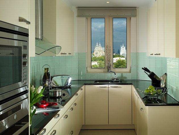 I moderní mini kuchyň potřebuje dostatek úložných prostor.