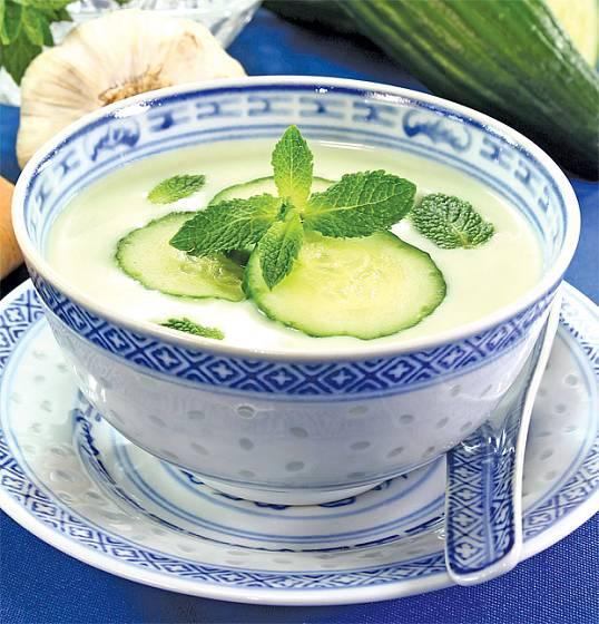 Okurková polévka s jogurtem připravená bez vaření