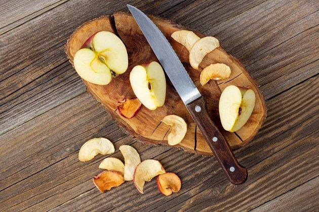 Nezáleží na tom, jak jablka na křížaly nakrájíte, ale větší kousky se budou déle sušit.