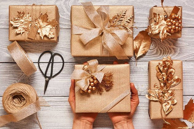 Vyladěné dozlatova vypadají všechny dárky luxusně.
