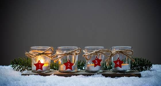 Obyčejné čajové svíčky v neobyčejných svícnech