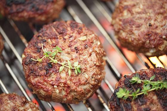 Tymián se k masu hodí, burger k kvalitního hovězího však kořeňte  jen lehce