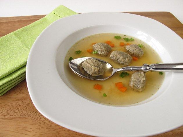 Polévka s játrovými knedlíčky.